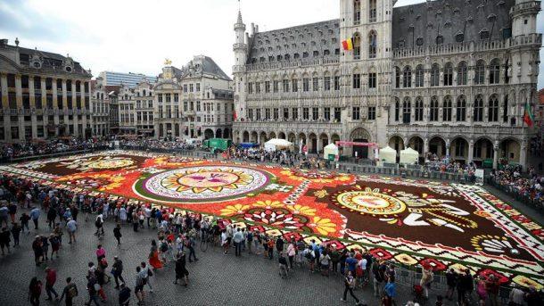 Brüksel'in ünlü Grande Place meydanı çiçek halıya bezendi!