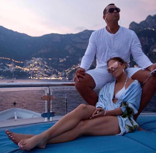 Jennifer Lopez İtalya Plajları'nın tadını Capri'de çıkarmaya devam ediyor