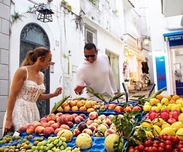 Jennifer Lopez, Alex Rodriguez ile Capri'de pazarı gezdi