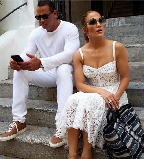 Jennifer Lopez sevgilisi ile Capri'de tatil yapıyor