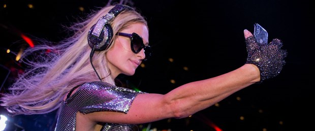KKTC'de sahne olan Paris Hilton adayı salladı!