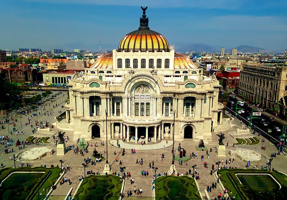 Genç turistleri Mexico City'nin tarihi çekiyor