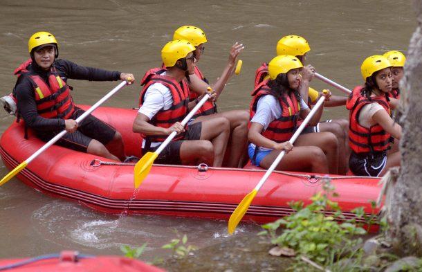 Obamalar Bali'deki Ayung Nehri'nde rafting yaptı