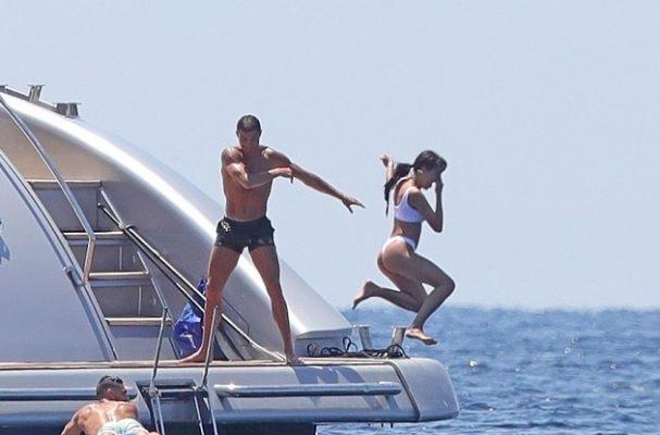Ronaldo sevgilisini İbiza'da suya itti