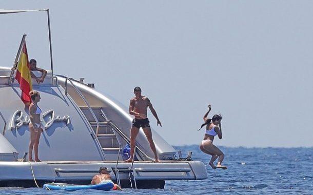 Cristiano Ronaldo İbiza adasında sevgilisi ile şakalaştı