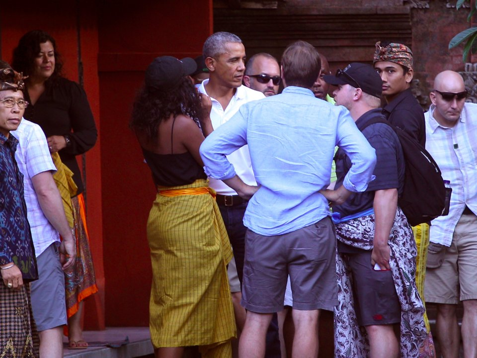 Michelle Obama çocukları Malia ve Sasha ile sarı sarongs giydi