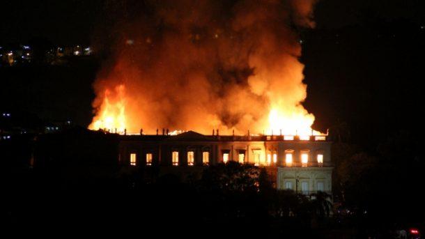 Brezilya'nın 200 yıllık ünlü müzesinde yangın çıktı!