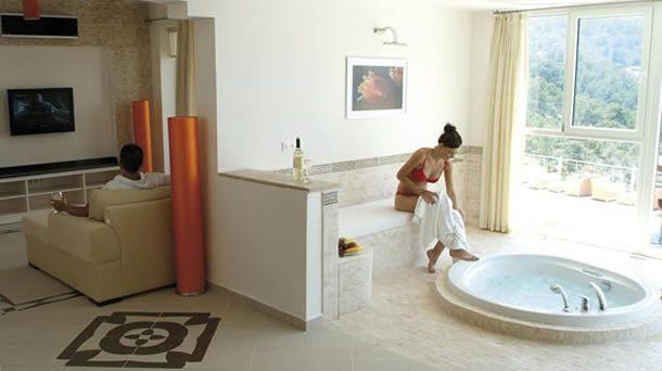 Türkiye'de oteller kadınları dikizliyor diyen İspanyollar, Kadın Oteli açıyor!