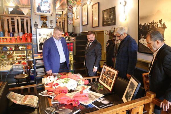 Ara Güler'in kafede hep oturduğu masaya çiçeklerin yanı sıra yazdığı kitaplar ve fotoğrafları konuldu