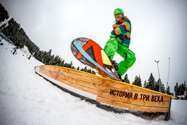 Borovets'te gelen turistler, kış sporlarının yanı sıra eğlenceli bir tatil geçirmekte