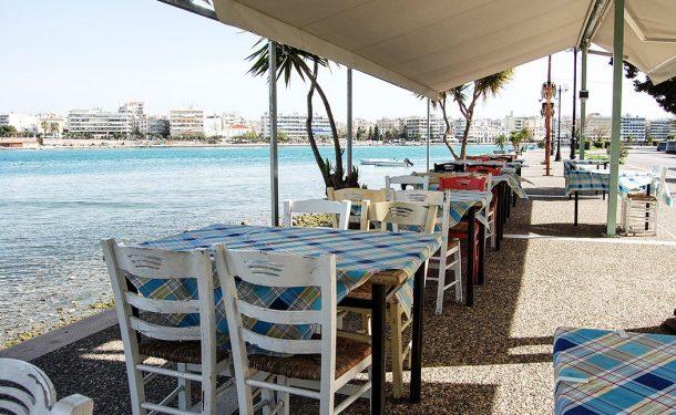 Selanik Perea'daki deniz kıyısındaki restoranlarda taze balik yiyen