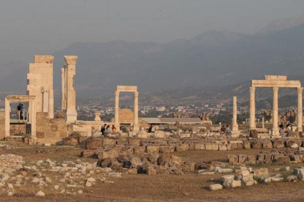 2 bin 200 yıllık Laodikya Antik Tiyatrosu turizme kazandırılıyor!