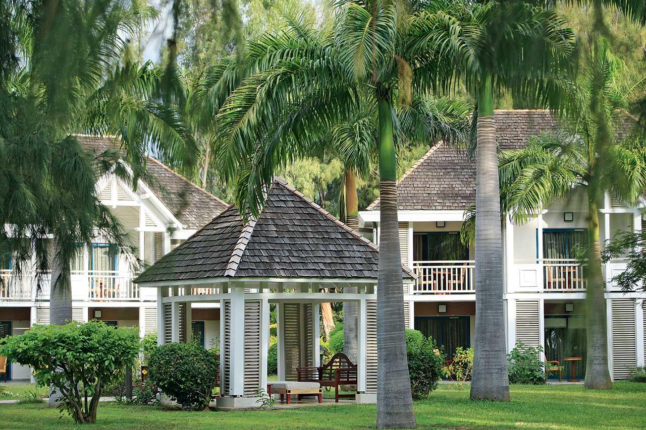 LUX Saint Gilles Kreole villaları ile tamamında tropikal bahçe ve havuz manzaralı