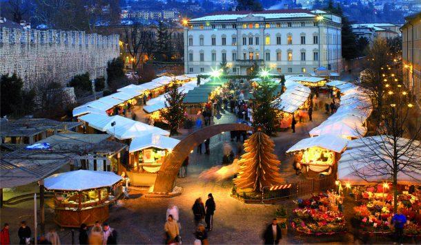 En neşeli Noel pazarı Napoli'de