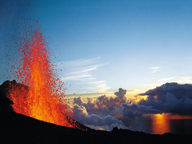 Piton de la Fournaise de Reunion Adası'nın görülmesi gereken yerlerinden biri