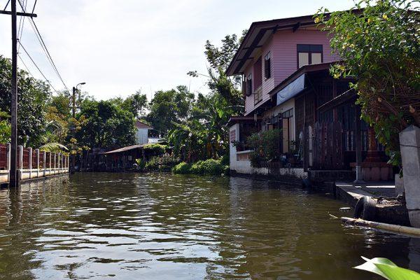 Tekne turları geleneksel Tayland evlerini keşfettiriyor