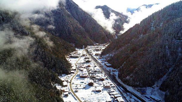 Uzungöl kar yağışıyla ayrı bir güzelliğe büründü