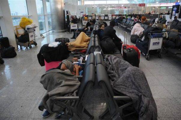 Kolombiyalı dans grubu havalimanında yatıyor