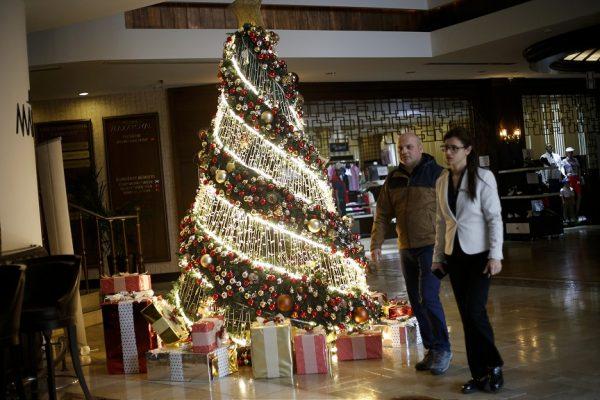 Rengarenk ışıklar ve Noel Baba figürleri