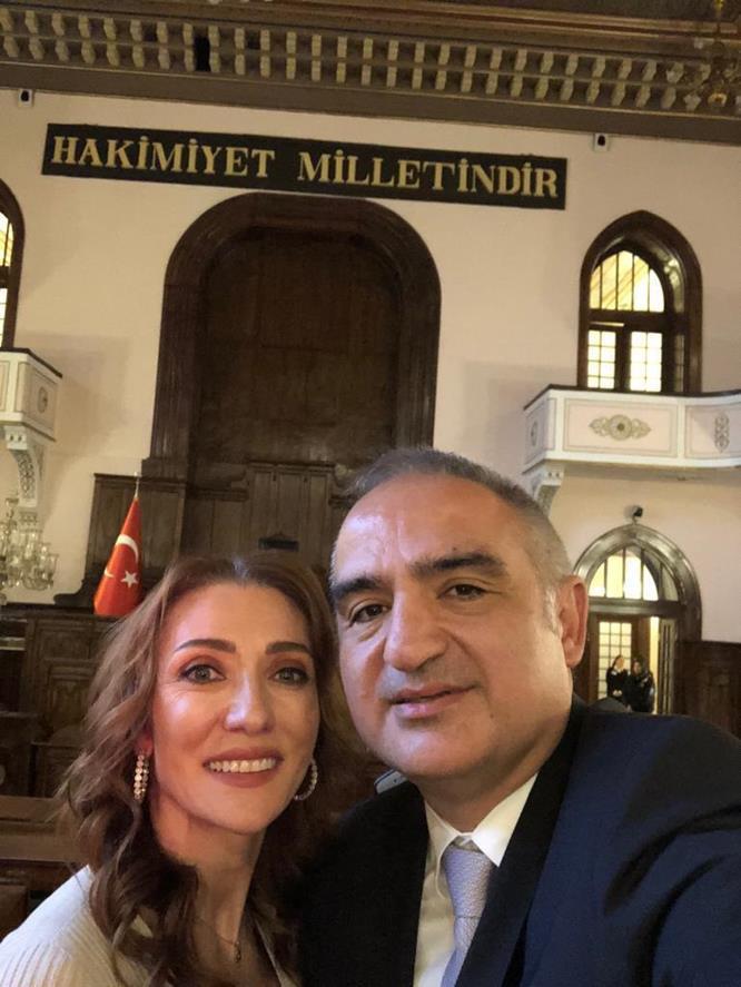 Bakan Ersoy eşiyle muzede selfie gununu kutladı