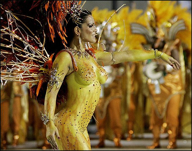 Samba Geçidi'ne on binler katılıyor