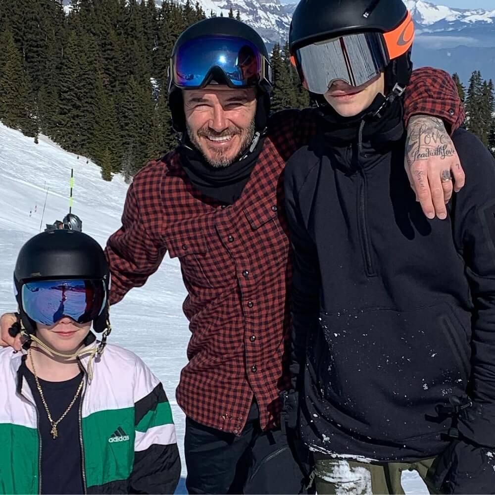 David Beckham kızı ve oğullarıyla kayak keyfi yaptı.