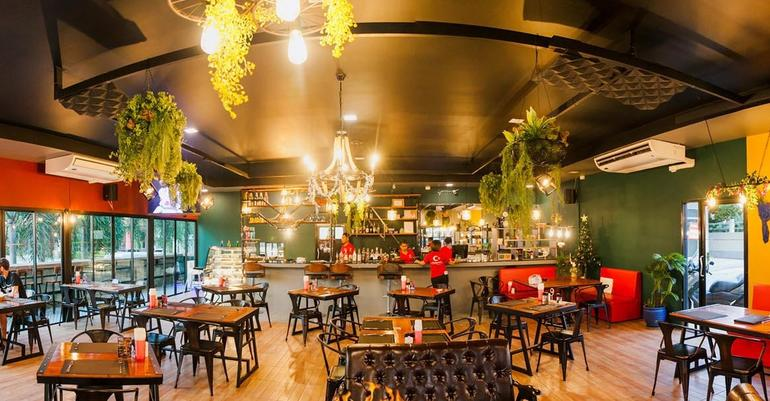 Phuket'teki ATatürk restoranını iki Türk işletiyor
