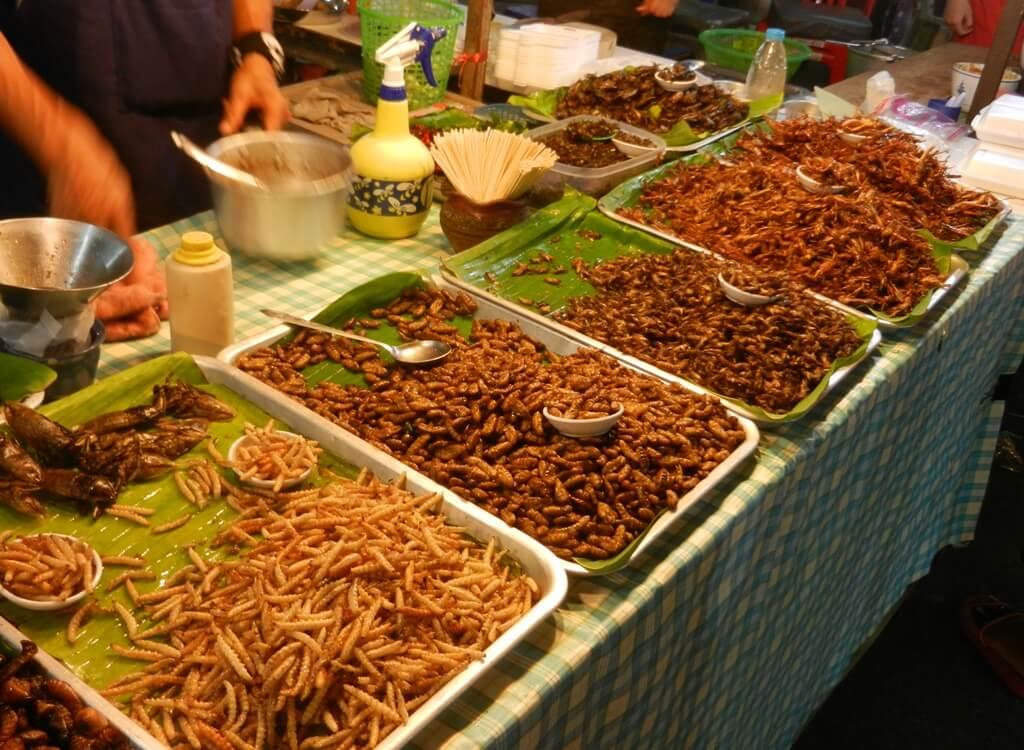 Phuket gece marketlerinde satılan yiyecekler
